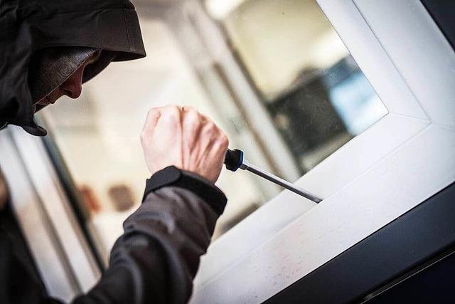 Frau ertappt Einbrecher mit Zahnlücke und Pink-Armband