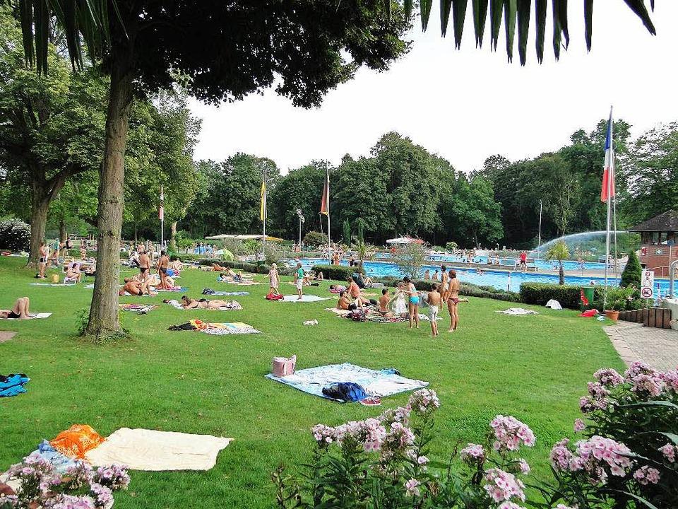 Das Breisacher Waldschwimmbad ist bei ...e und der hübschen Liegewiese beliebt.    Foto: Elisabeth Saller