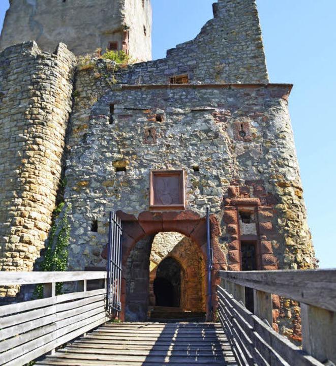 Hinter dem Tor zur Oberburg warteten d...rrscher. Heute führt es in die Ruine.   | Foto: Elisabeth Badur