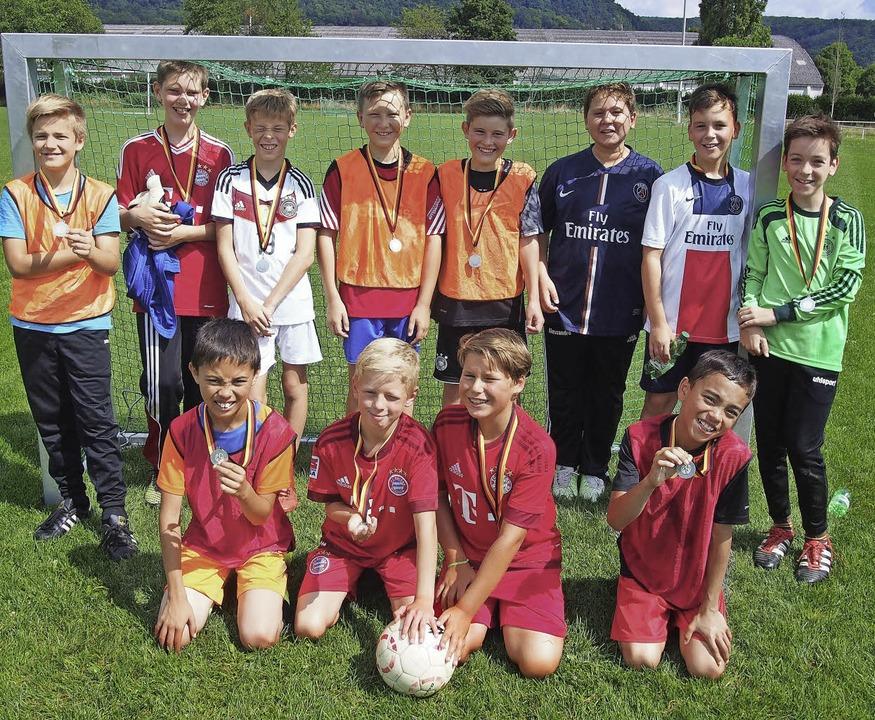 Die stolzen Kicker bekamen Medaillen überreicht.  | Foto: Katharina Schiller