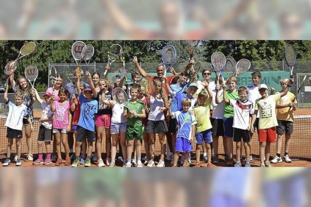Junge Tennistalente verbessern ihr Spiel mit der gelben Kugel