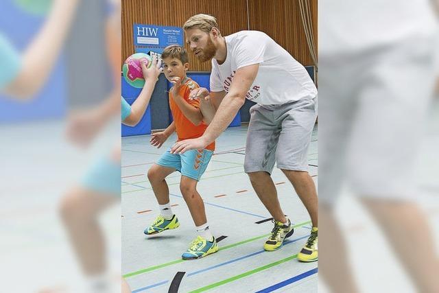 Nationalspieler gibt Kindern Tipps