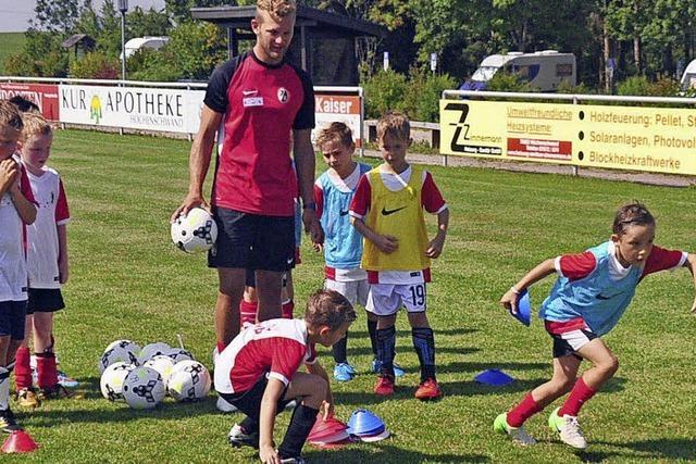 Junge Kicker freuen sich über Besuch vom SC Freiburg