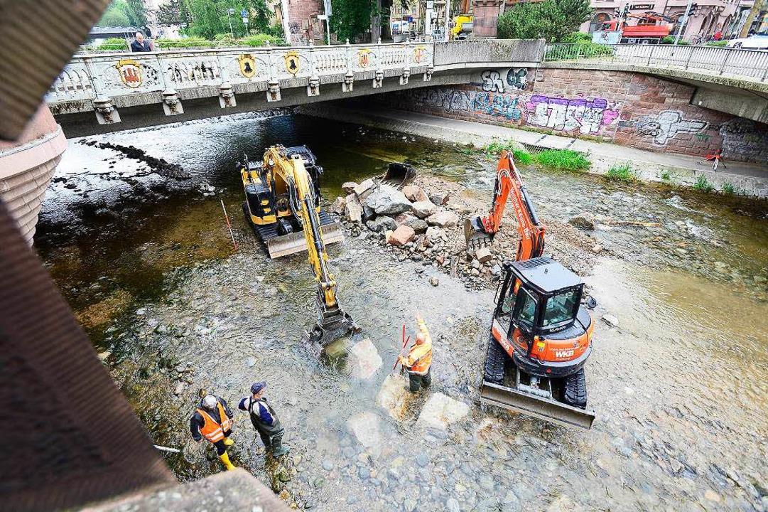 Bagger in der Dreisam: Für den Bau des...Ufer wurde schweres Gerät aufgefahren.  | Foto: Ingo Schneider
