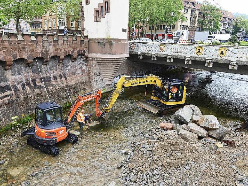 Auf der Nordseite wurde das Fundament ...der  Schwabentorbrücke war kaum Platz.  | Foto: Ingo Schneider