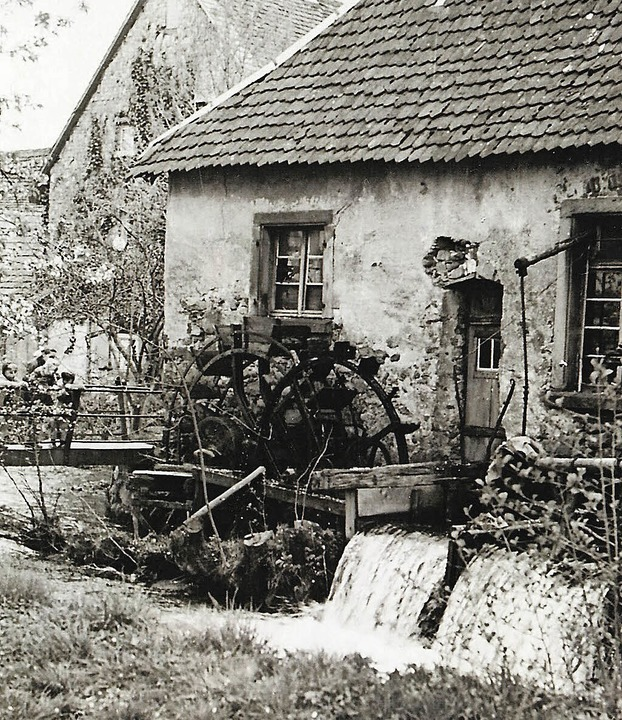 Die Kienzlerschmiede mit drehenden Müh...ießung Ende der 1950er Jahre aussah.    | Foto: Archiv Foto Bank