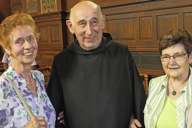 Wallfahrer treffen in der Klosterkirche Beuron Bruder Wolfgang