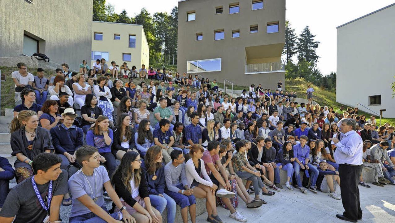Rektor Laurence Nodder (rechts) begrüßt die 206 Schüler aus 88 Nationen.  | Foto: michael bamberger