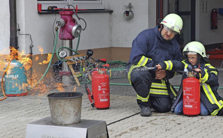 Feuer löschen durften die Kinder bei ihrem Besuch der Feuerwehr Neustadt.  | Foto: akh