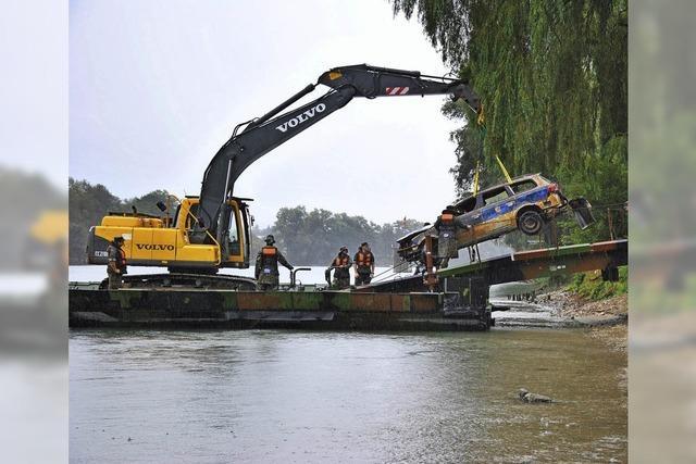 Die Polizei hat ihren Streifenwagen aus dem Rhein geholt