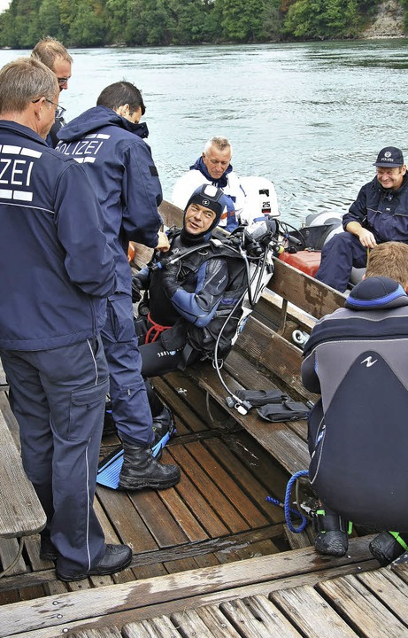 Polizeiwagen aus dem Rhein geborgen  | Foto: Ralph Fautz