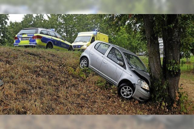 Fahrerin prallt auf einen Baum
