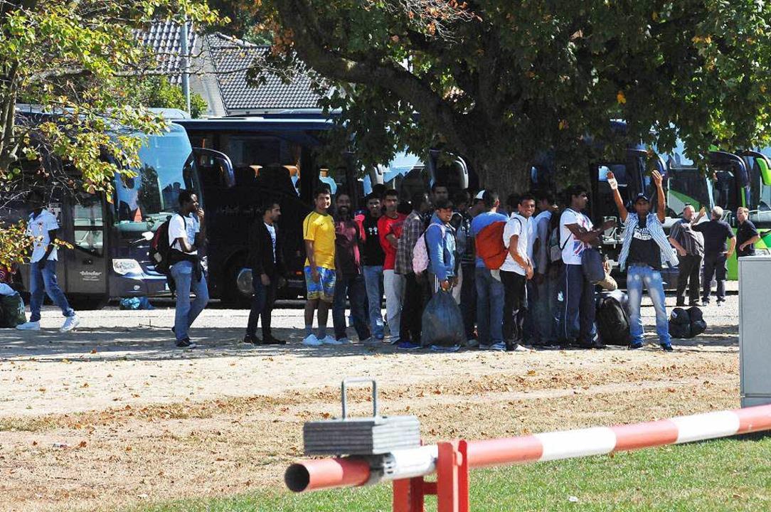 Mit Bussen wurden 460 Flüchtlinge aus ...(Eislaufhalle)  untergebracht wurden.   | Foto: Seller