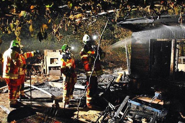 In Wallbach brennen zwei Gartenhütten nieder