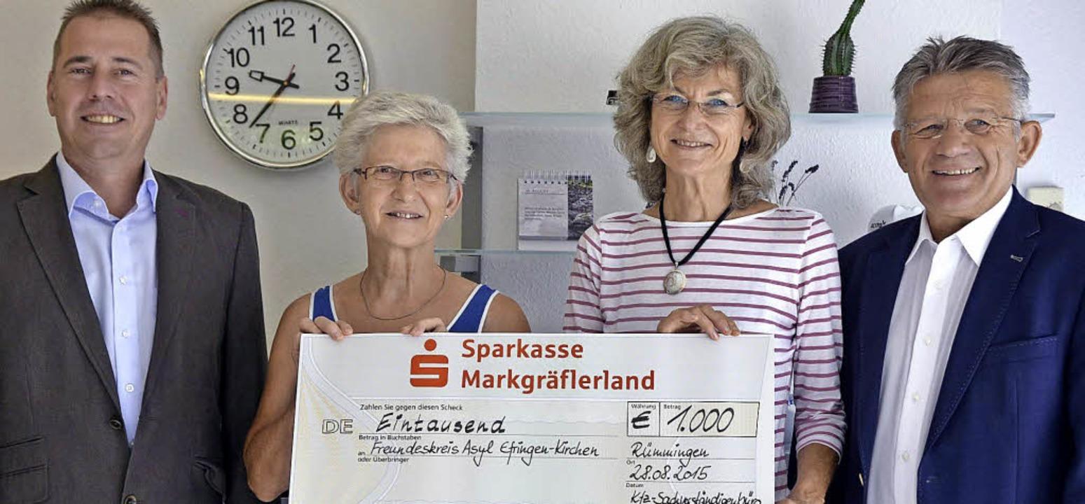 """Einen Scheck über 1000 Euro überreicht...ner  Asylkreis """"Fürenand"""".    Foto: Markus Maier"""
