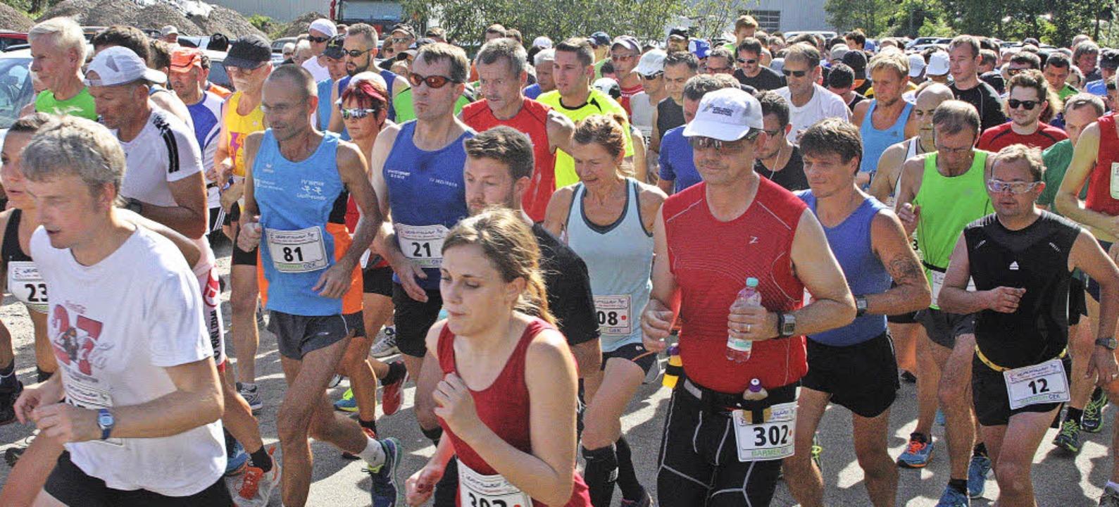 315 Läuferinnen und Läufer wagten sich...auf die 10,2 Kilometer lange Strecke.   | Foto: Jörn Kerckhoff