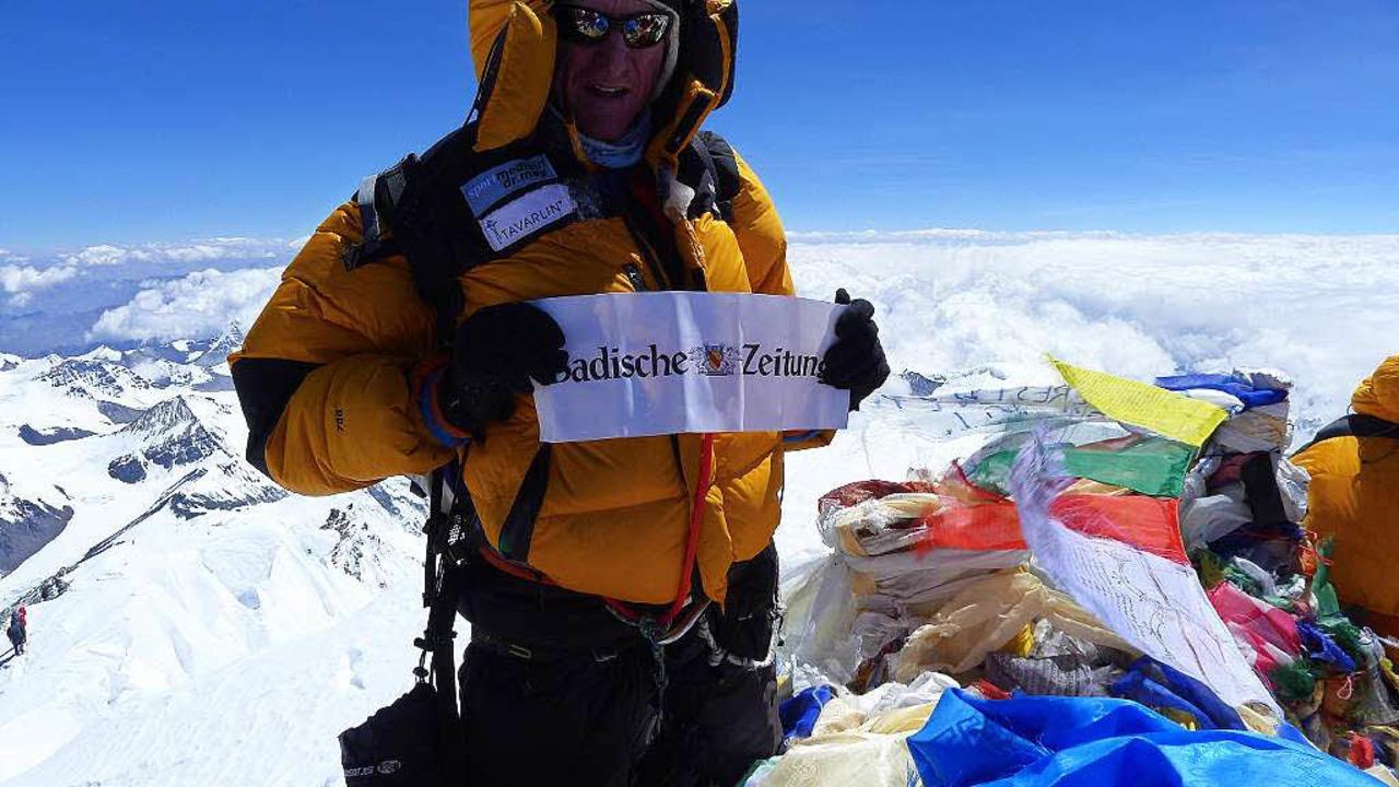 Richard Stihler mit der Badischen Zeitung im Jahr  2012 auf dem Mount Everest.  | Foto: Richard Stihler