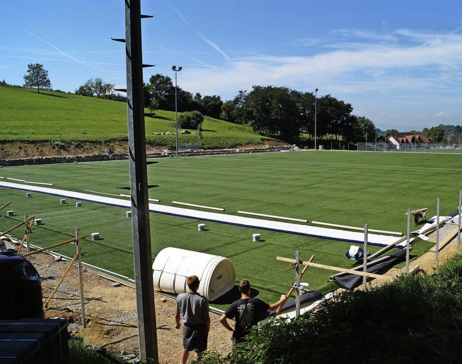Seit Ende der vergangenen Woche  bedeckt  Kunstrasen den Fußballplatz in Liel.   | Foto: Silke Hartenstein
