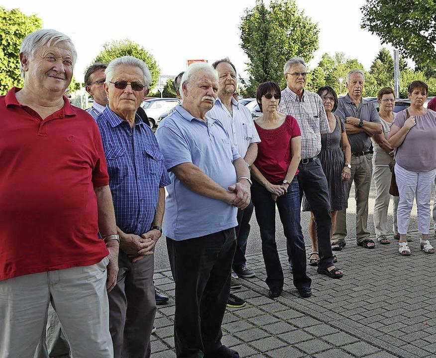 SPD-Mitglieder machen sich auf dem Flugplatz schlau.   | Foto: Ch. Breithaupt