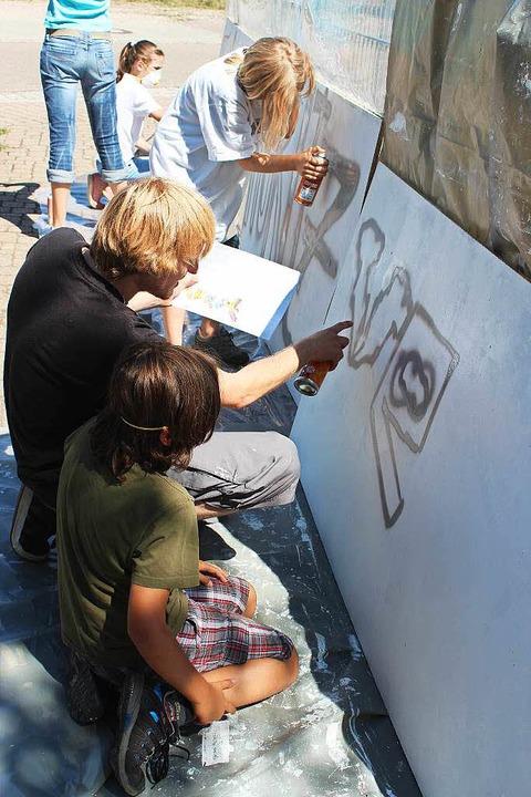 Graffitikünstler Janik erklärt den Kin...ie man die Sprühdose richtig einsetzt.  | Foto: Mario Schöneberg