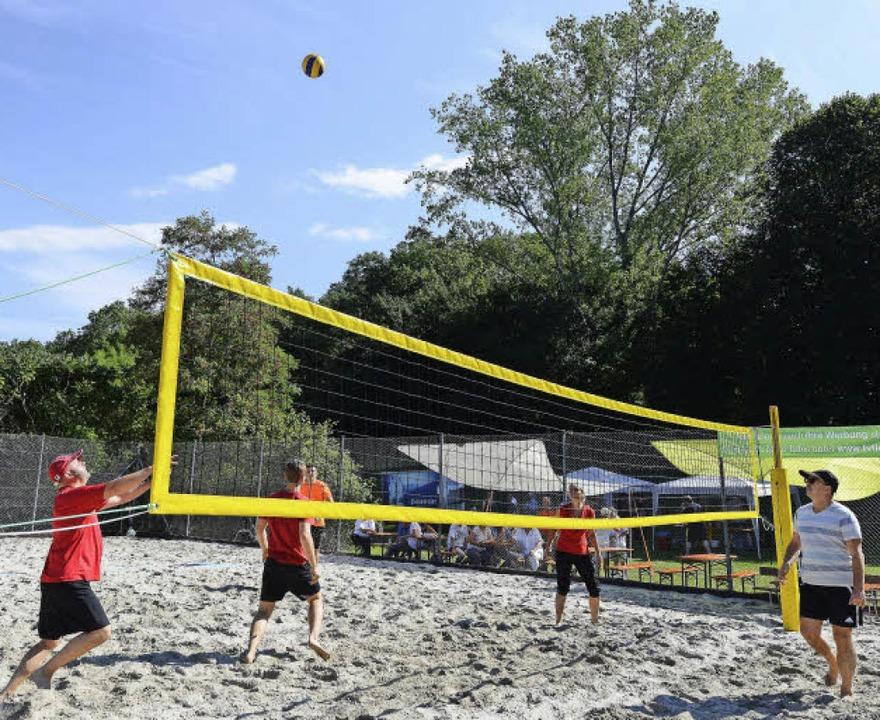 Dass Beachvolleyball nicht nur den Jun...g für die neue Anlage des TV Tiengen.   | Foto: Rita Eggstein