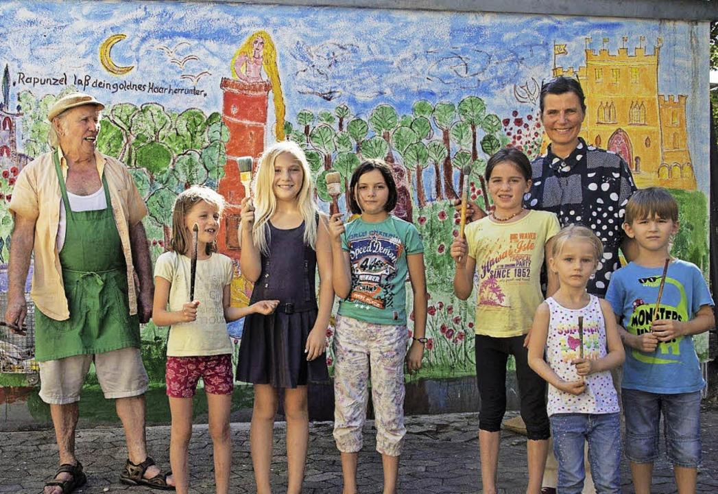 Friedemann Hergarten und Karla Krauß malten mit Kindern an einer Garagenwand.   | Foto: Volker Münch