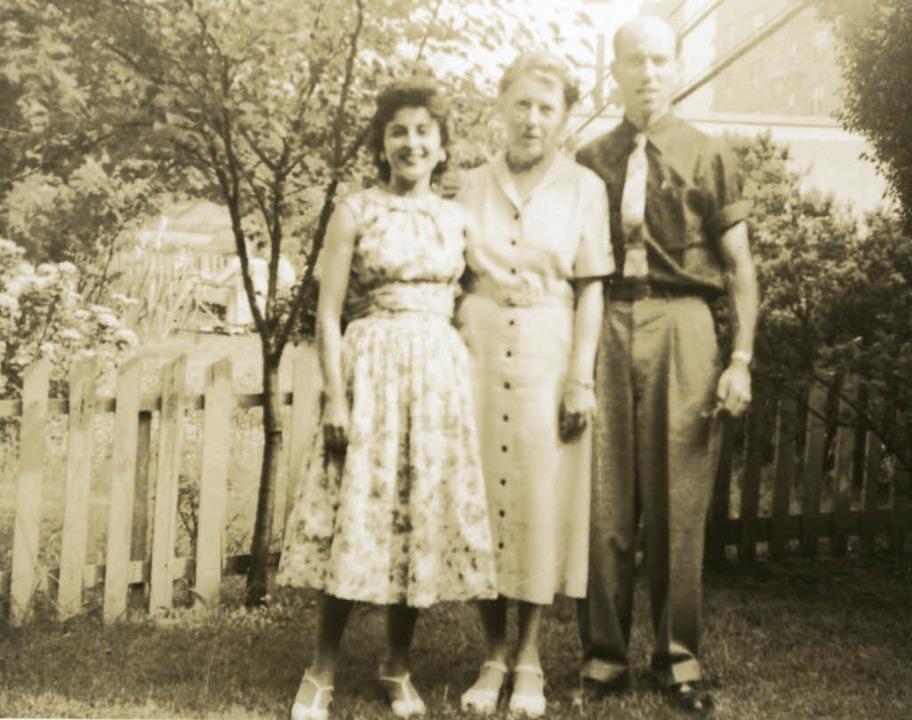Selma Wertheimer (Mitte) mit zwei Verw...eter Wertheimer und seine Frau Shivra   | Foto: Archiv Robert Krais
