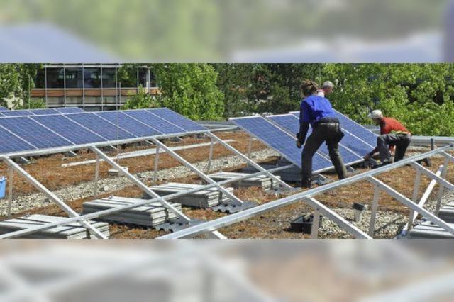Schüler des Albert-Schweitzer-Schulzentrum kaufen neue Module für die Photovoltaik-Anlage