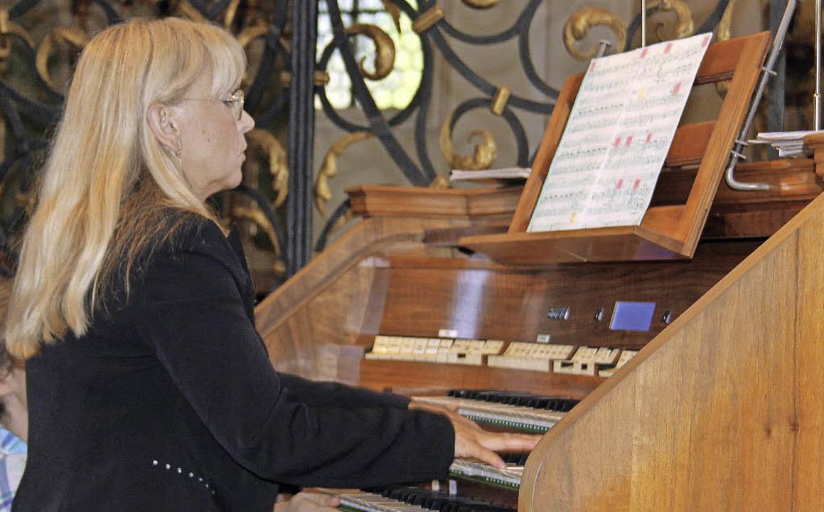 Hana Bartošová zog alle Register der neuen Orgel.   | Foto: Erich Krieger