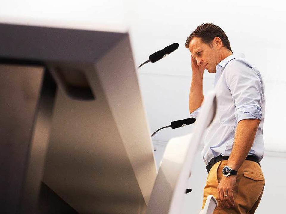 Oliver Bierhoff stellte die Aktion der Nationalmannschaft gegen Fremdenhass vor.  | Foto: dpa