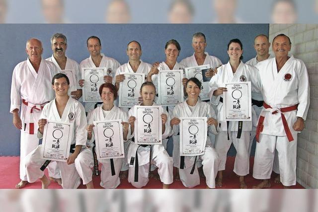 Neun erfolgreiche neue Karatemeister