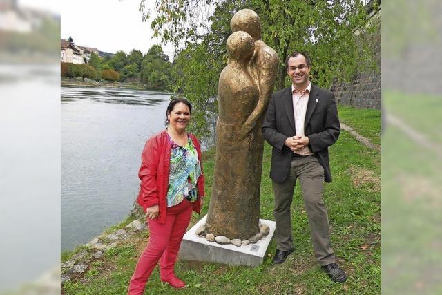 Ein bronzenes Paar steht für grenzenlose Liebe