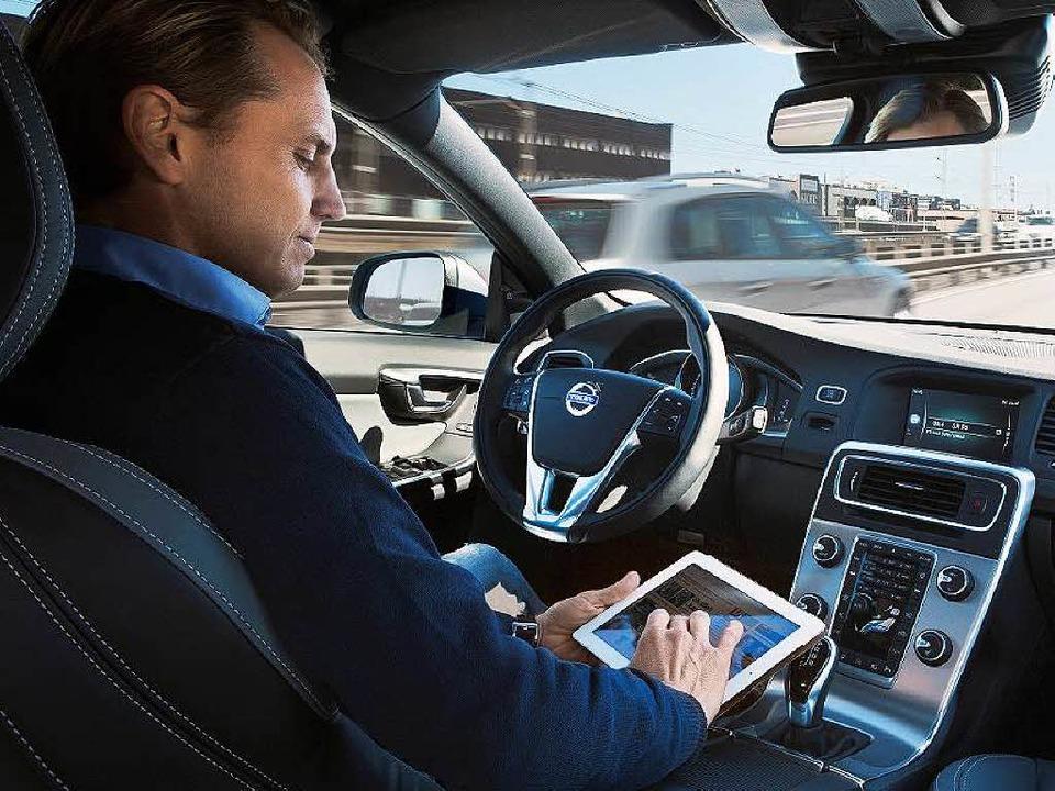Wenn das Auto selbst fährt, kann der Fahrer sich anderweitig beschäftigen.  | Foto: Volvo