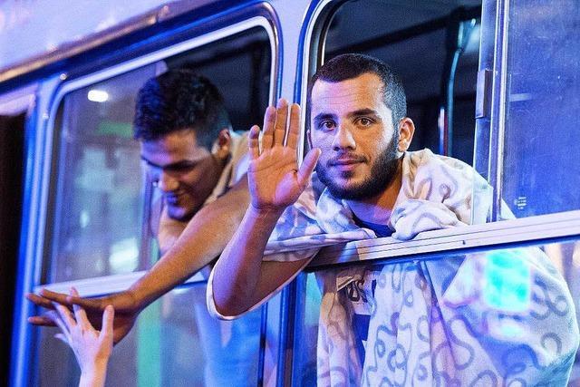 Tausende Flüchtlinge aus Ungarn ziehen gen Deutschland