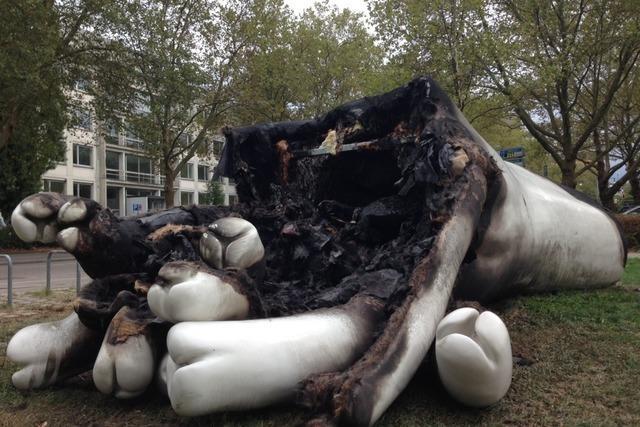 Skulptur brennt ab – mehrere Tausend Euro Schaden