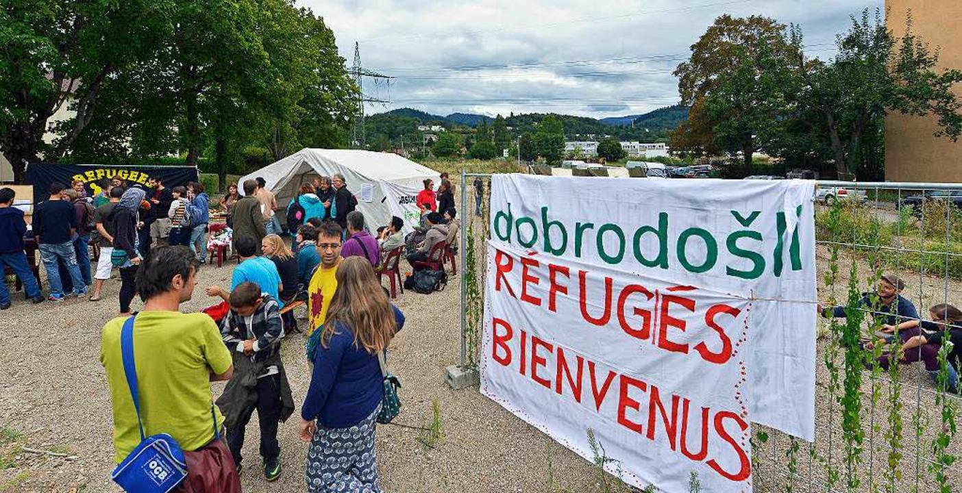Im  spontan errichteten Willkommens-Ca...uen BEA werden die Flüchtlinge begrüßt  | Foto: Michael Bamberger