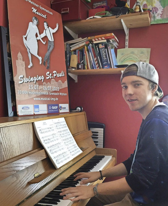 Fabian Fellmann spielt daheim auf dem ...er ein Lied aus dem Musical<ppp></ppp>  | Foto: Katharina Merkel