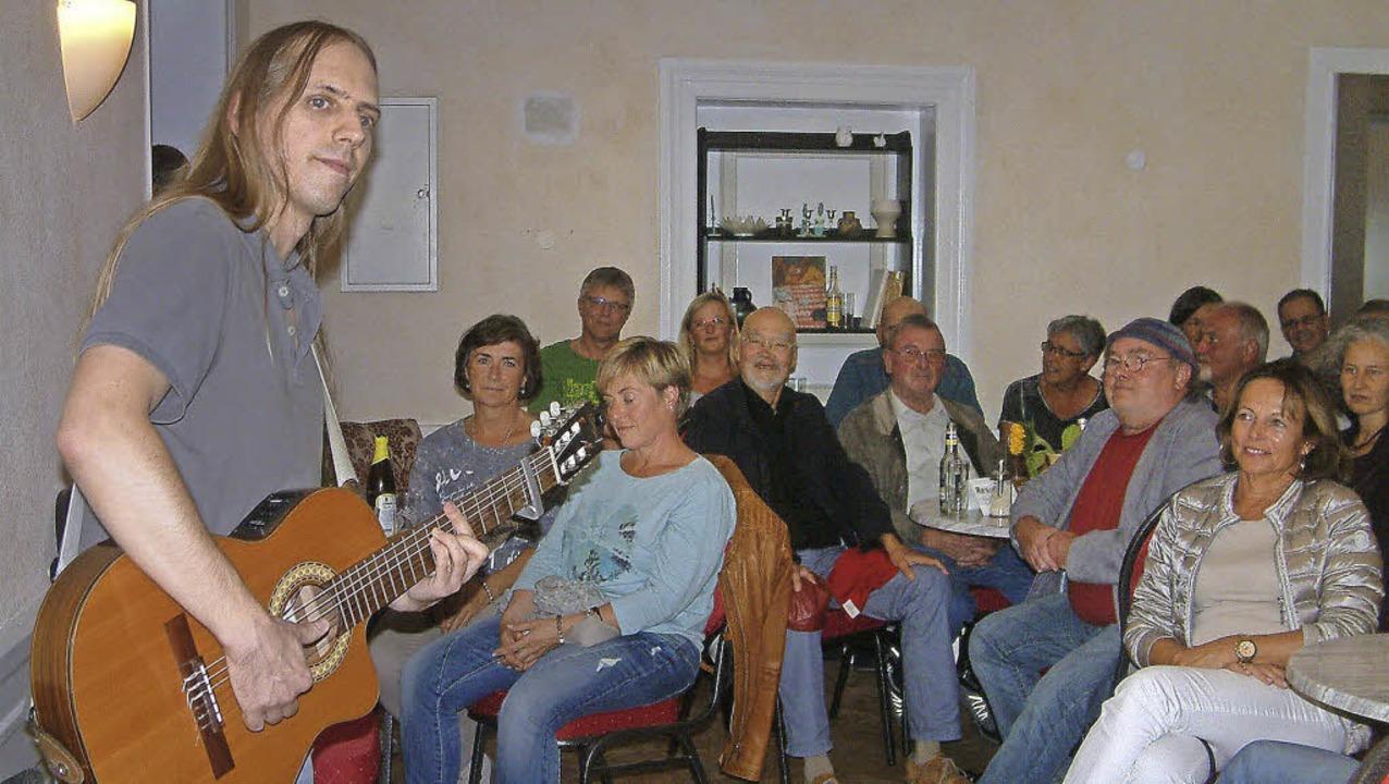 """Der zeitkritische Liedermacher Christo...rcafe"""" auf und kam sehr gut an.     Foto: Roswitha Frey"""