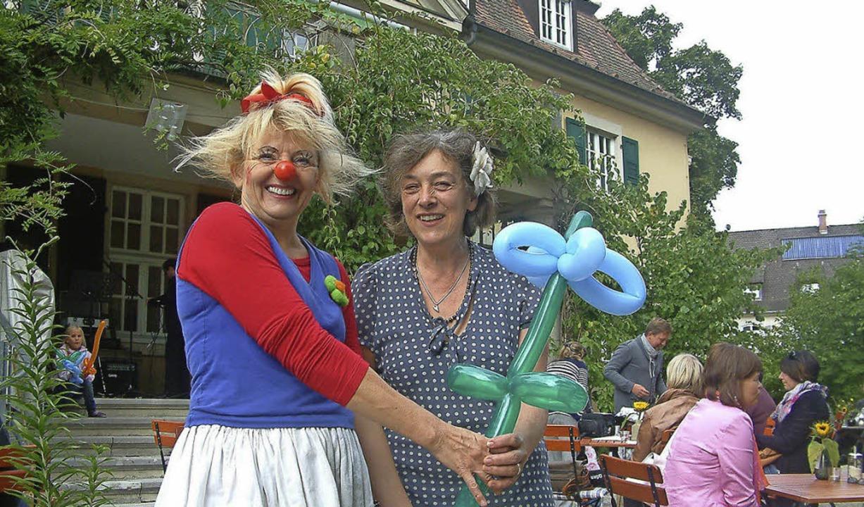 Nelli Hieke alias Clownin Sonnelli übe...en Kulturcafés  eine Luftballon-Blume.    Foto: Roswitha Frey