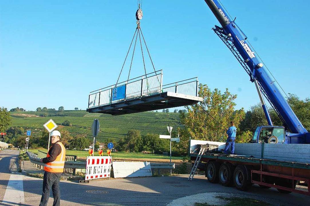 Die neue Stahlkonstruktion schwebt ein.  | Foto: Herbert Frey