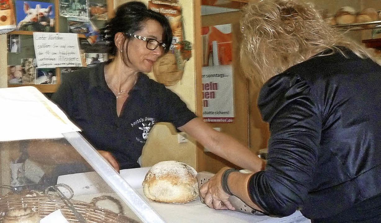 Anette Matt verkauft eines ihrer selbstgebackenen Brote.  | Foto: Gabriele Rasenberger