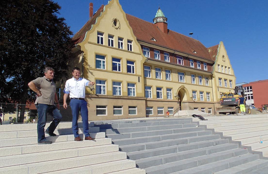 Stefan Kammerer (links) und Adrian Sch...auf der Treppe der Neuen Murger Mitte   | Foto: mig