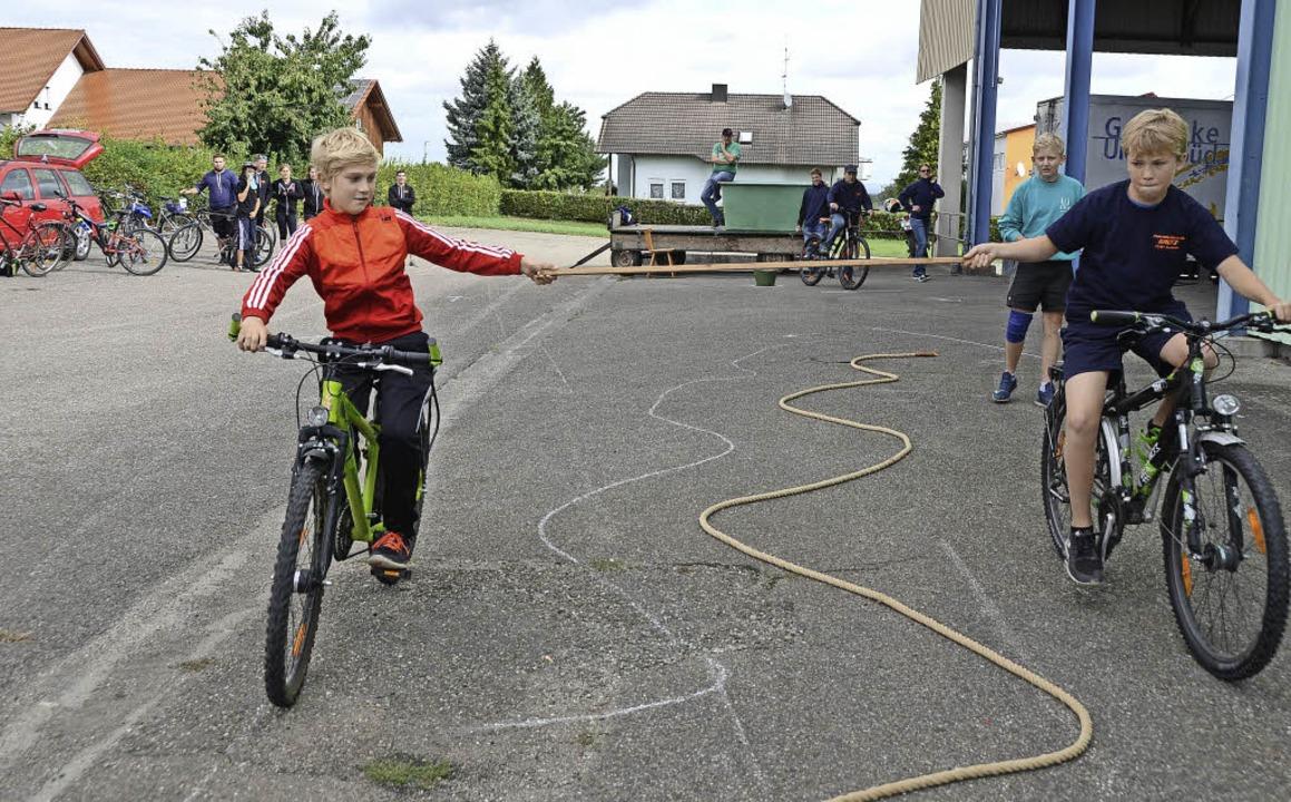 Leiselheim. Wei Jungs auf dem  Fahrrad...Kirschenfestgelände Königschaffhausen.  | Foto: Roland Vitt