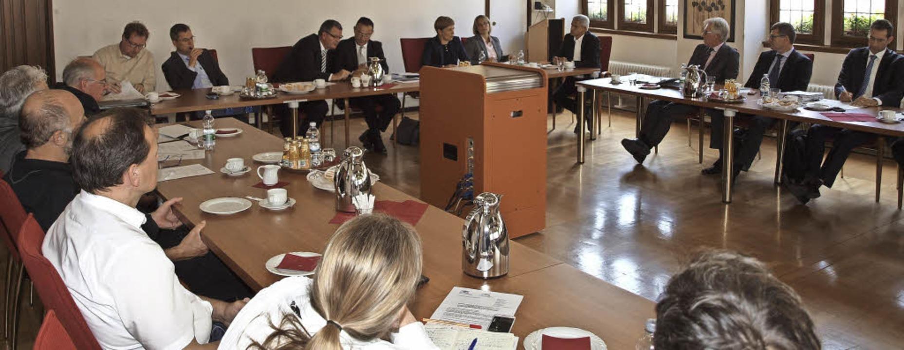 Austausch in großer Runde: Auf Einladu... Ausbau der Autobahn 5 nach Kenzingen.    Foto: Michael Haberer