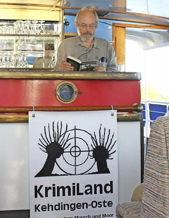 Krimiland: Autor Wilfried Eggers veran...en an Bord von Schiffen auf der Oste.     Foto: dpa