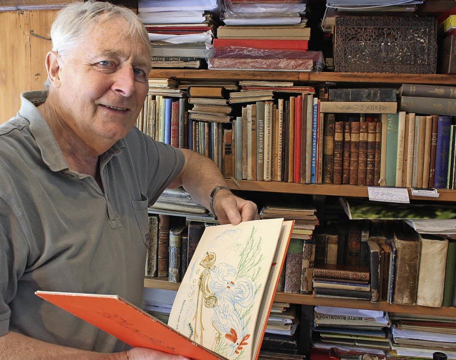 """Günther Lang vor einem seiner Büchersc... of all Trades"""" (rechtes Bild).     Foto: Sina Gesell"""