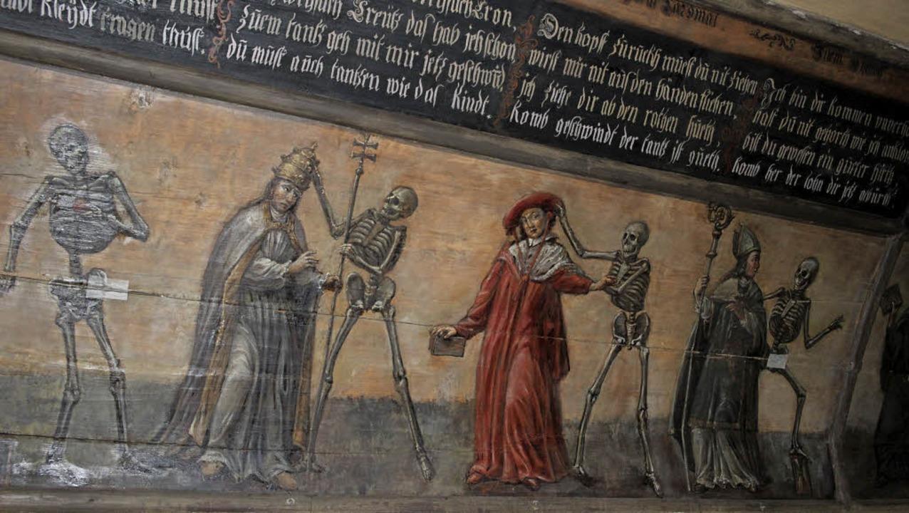 Eine Szene aus dem Totentanz im Beinha...en rechteckigen Markierungen versehen.  | Foto: Karin Heiß