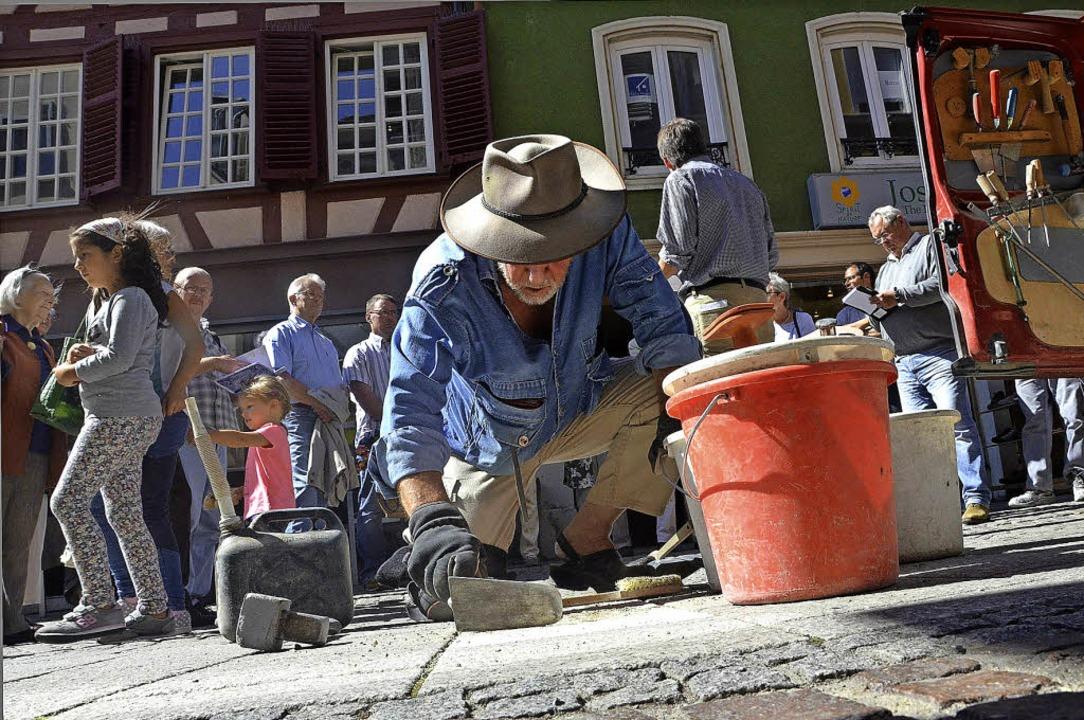 Gunter Demnig beim Verlegen der Steine für die Familie Maier in der Marktstraße.    Foto: CHRISTIAN KRAMBERG