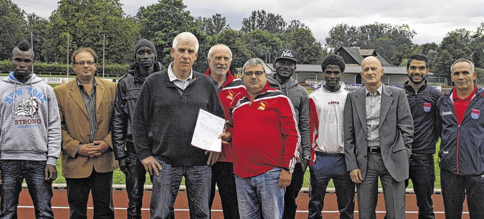 Öffentliche Anerkennung für den FV Don... von rechts) sowie die neuen Spieler.     Foto: Zschäbitz