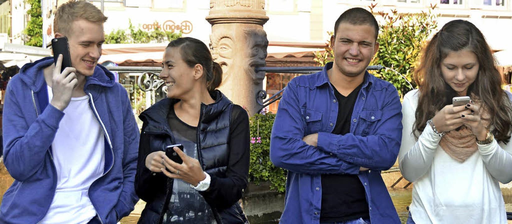 Vier Azubis, drei Handys: Tim Biederma...goschmidt und Sonja Müller (von links)  | Foto: Vanessa Heizmann